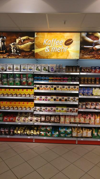La rivoluzione di Rossmann è l'approccio al Food: alcune categorie sono trattate: nella foto il caffè, soprattutto nel mercato delle capsule. Quesa è un'area dove noi di GDONews riteniamo ci sia spazio per la vendita del Made IN Italy presso loro