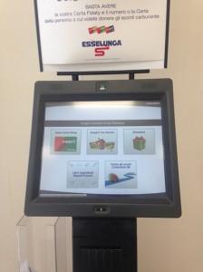 Esselunga si comporta da Leader: a disposizione del suo affezionato consumatore uno schermo con un computer dove fare consultazione