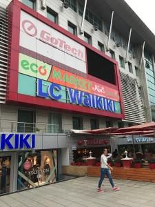 Centro Commerciale dove è presente la catena di supermercati Eco Market e la catena di elettronica Go Tech